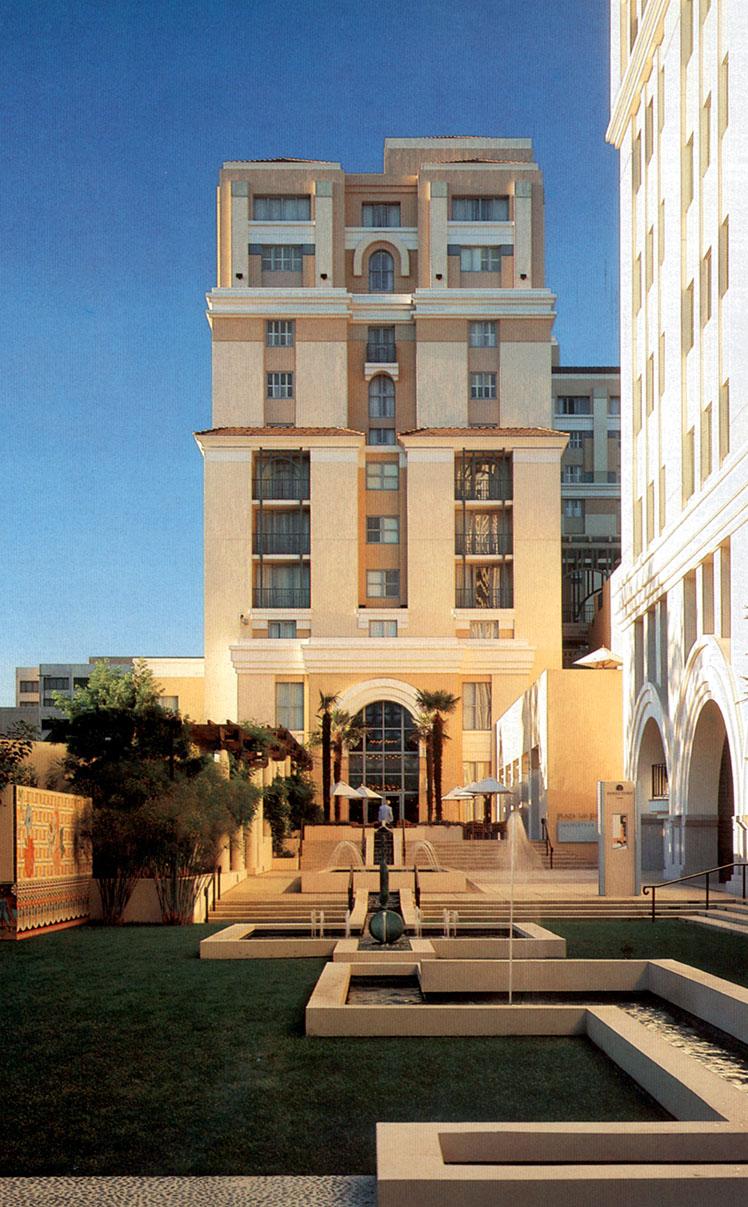plazalasfuentes_courtyard